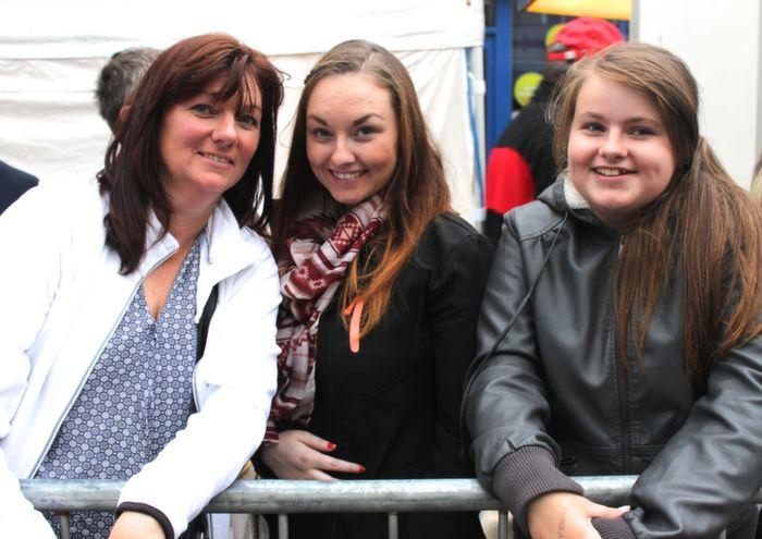 Nuala, Lisa and Megan Quinn, Asdee, at the Rose Parade on Saturday night. Photo by Dermot Crean