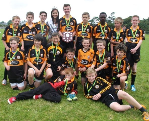 Rose of Tralee, Haley O'Sullivan, with Austin Stacks team, winners of the Rose Shield.  Photo by Adrienne McLoughlin