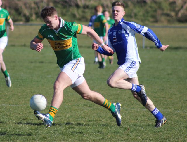 John Mitchels, Shane O'Connell, attacks the Templenoe defence. Photo by Dermot Crean.