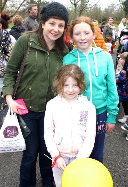 Catherine Cunningham with Juliette and Chloe Gleeson at the Meadowlands Hotel Kids Fun Run at the Town Park on Saturday afternoon as part of the Tír Na nÓg Festival. Photo by Dermot Crean