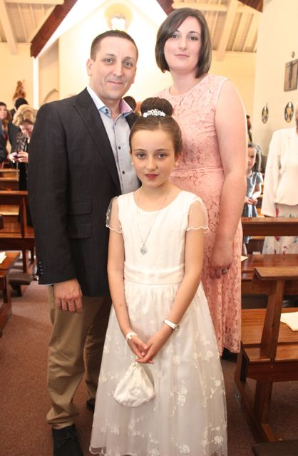 Lily O'Sullivan from Blennerville NS who made her First Holy Communion on Saturday in St Brendan's Church Curraheen with parents Aidan and Ciara. Photo by Dermot Crean