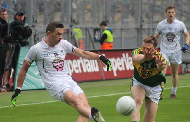 Marc O'Se, attempts the block on Eoin Callaghan. Photo by Dermot Crean.