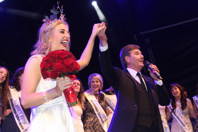 Daniel O'Donnell sings 'Rose of Tralee' to a packed Denny Street. Photo by Gavin O'Connor.