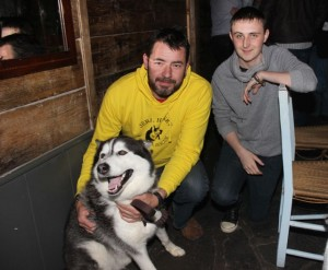 Maurice Enright of the Sera Husky Animal Rescue with Luke Bishop and 'Hatchi' the husky, at the table quiz in aid of Sera Husky Animal Rescue in Roundy's Bar on Thursday night. Photo by Dermot Crean