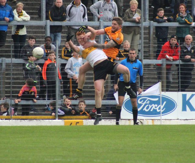 Shane Guthrie and Johnny Buckley contest a kick out. Photo by Dermot Crean.