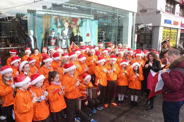 Gaelscoil mhic Easmainn Christmas pupils Christmas caroling in the Mall. Photo by Gavin O'Connor.