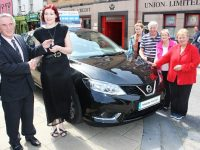 Derry Fleming (Tralee Credit Union) hands over the keys of a new Nissan Pulsar to Linda O'Connor. On the right, from left, Siobhain O'Connor, Peter O'Connor, Marie O'Connor and Sheila Fitzgerald. Photo by Gavin O'Connor.