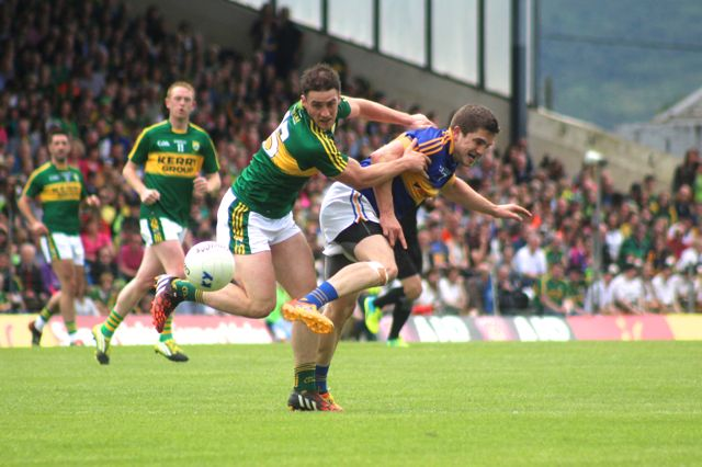 Stephen O'Brien shrugs off Tipps, Robbie Kiely during the Munster Final. Photo by Dermot Crean.