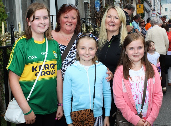 Emma O'Donnell, Jill O'Donnell, Aoife Ross, Carmel Ross and Ashling O'Donnell enjoying the festival in town. Photo by Gavin O'Connor.