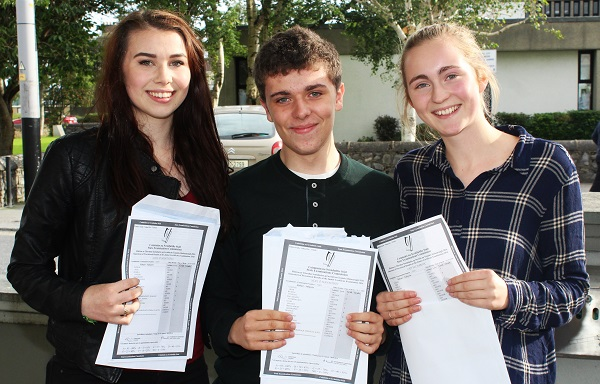 Aoife Ní Mhathúna, Neil Ó Seanacháin and Cáit Nic Dhabhoc receiving their Junior Cert results in Gaelcholáiste Chiarraí. Photo by Gavin O'Connor.